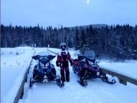 Motoneigistes sur le nouveau pont de la riviere Bazin
