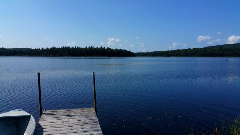 chaloupe accostée au quai sur le lac