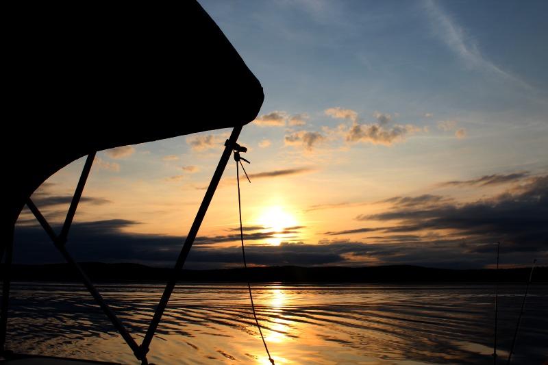 Pêche au coucher du soleil sur le lac Nasigon