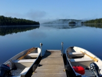 Brume sur le lac avec chaloupes au quai