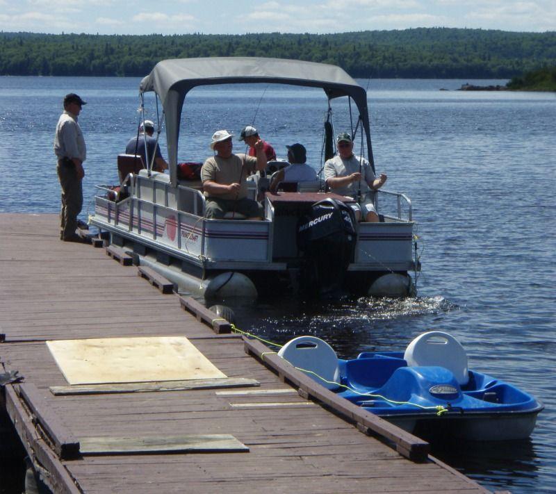 peche en ponton sur le lac nasigon a la pourvoirie fer a cheval