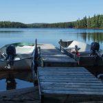 chaloupes au quai du lac à la pourvoirie du Fer à Cheval